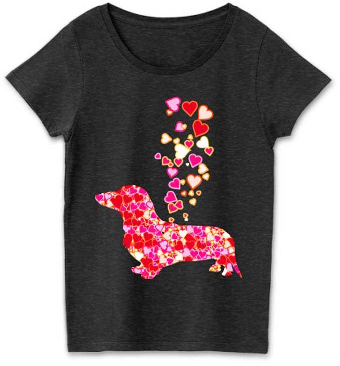 ハートマークとダックスフンドのデザインTシャツ。