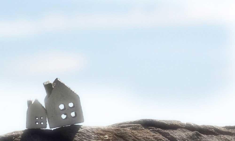 崖の上にある2つの家と遠くの景色
