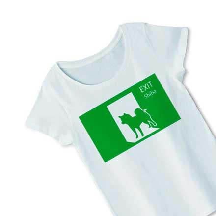 柴犬シルエットと非常口サインブルーシャーベットカラーTシャツ
